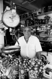Manuel Pecino Fornell fue albañil, frutero, futbolista y todo lo que se le pusiera por delante. Trabajó duro desde los 12 años, llegando a ganar gran popularidad vendiendo frutos secos en un puesto junto al Mercado Central de Cádiz, frente a Correos.