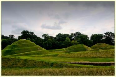 En Edimburgo y en sus alrededores, la finca de Art Land es como un gran museo al aire libre. De entre su extensa variedad de estilos, destaca esta serie de construcciones geométricas elaboradas con cesped auténtico, de grandes dimensiones, que son una provocación para el fotógrafo ya que permiten una gran variedad de tomas y juegos con el cielo y las formas. Esta es una pequeña muestra de dichas elaboraciones