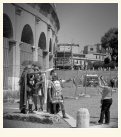 Buscandose un euro al rededor del Coliseo