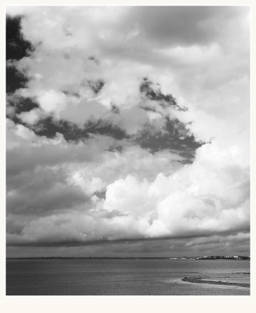 Alfred Stieglitz publicó Equivalens, una serie de fotografías de nubes hechas entre 1922 y 1935 sin ningún tipo de referente, tomadas como simples motivos o juegos de luces y sombras .